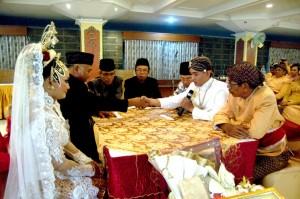 Proses Ijab Qobul antara bapak Joko Sumadi sebagai wali calon istri dan saya sendiri